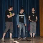auf der Bühne die Showassistentin gibt... (man beachte bitte das T-Shirt des Preisträgers!)